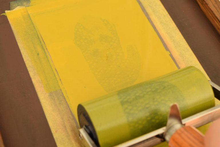 自分で手刷り印刷をする写真